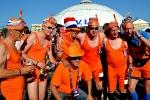 Группа в оранжевых купальниках из Голландии